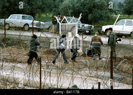 geography / travel, Israel, borders, 'The Good Fence', near Metulla, Lebanon, people crossing border, 1970s, - Stock Photo
