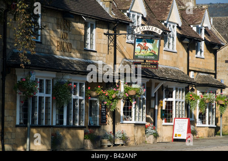Horse and hound pub in Broadway - Stock Photo