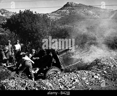 events, Second World War / WWII, North Africa, Tunisia, British 25 pounder field gun in action on the Djebel Bargu - Stock Photo