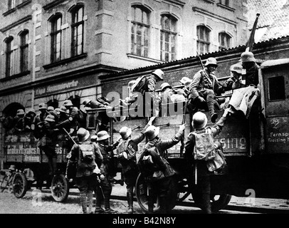events, Beer Hall Putsch, 1923, rebells, men of SA (Storm Division/Sturmabteilung), getting on a lorry, Munich, - Stock Photo