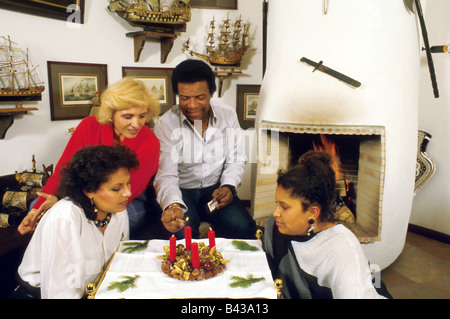 Blanco, Roberto, * 7.6.1937, German singer of Cuban origin, in his flat, with his daughters and wife, 1980s, Additional - Stock Photo