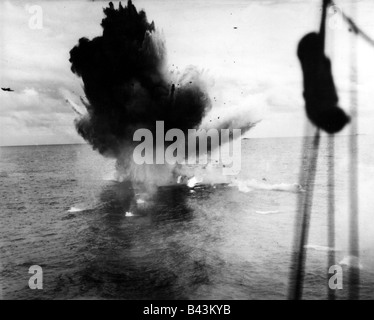 events, Second World War / WW II, Pacific, naval warfare, Japanese Kamikaze aircraft missing its target and crashing - Stock Photo