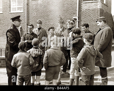 Keith Lyon murder, May 1967. Police instructing boys and cubs before search of the south Downs. Keith Lyon's body - Stock Photo