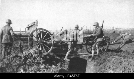 events, First World War / WWI, Western Front, German infantry support gun advancing after breakthrough at the Somme, - Stock Photo