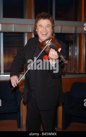 Marshall, Tony, * 3.2.1938, German singer, half length, playing the violin, guest at TV show 'Johannes B. Kerner', - Stock Photo