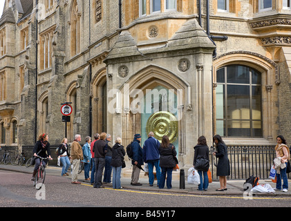 A crowd of people looking at the new Corpus Clock, showpiece of Corpus Christi's new library - Stock Photo