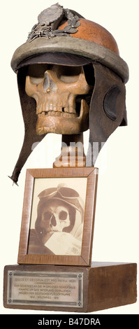 A memento mori for the German Airmen, of the First World War. A skull carved from fruitwood with a leather pilot's - Stock Photo