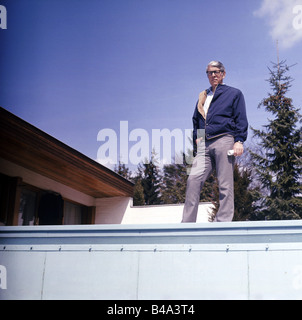 Reinecker, Herbert, 24.12.1914 - 26.1.2007, German writer / author, full length, at home, Berg, 1970s, Additional - Stock Photo