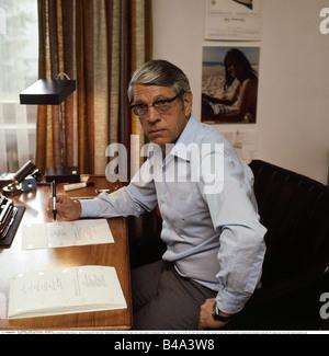 Reinecker, Herbert, 24.12.1914 - 26.1.2007, German writer / author, half length, at home, Berg, 1970s, Additional - Stock Photo