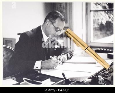 Jacques Benoist-Méchin - stylo plume en or, lui ayant appartenu. Modèle à pompe, poinçons de contrôle sur le corps - Stock Photo