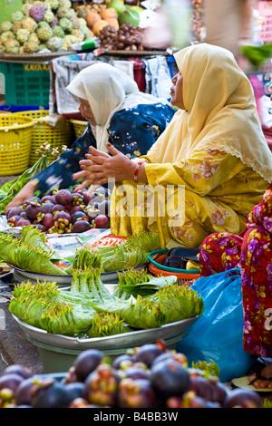 Asia, Malaysia, Kelantan State, Kota Bharu, women selling fruit and vegetables in the town market - Stock Photo