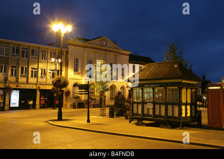 City of Ripon, England. Night view of the Cabman's Shelter at Ripon Market Square, with the 18th century Ripon Town - Stock Photo