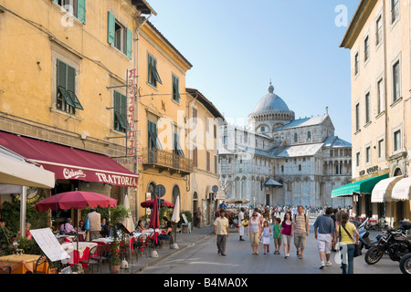 Restaurants on Via Santa Maria leading to the Duomo and Piazza dei Miracoli, Pisa, Tuscany, Italy - Stock Photo
