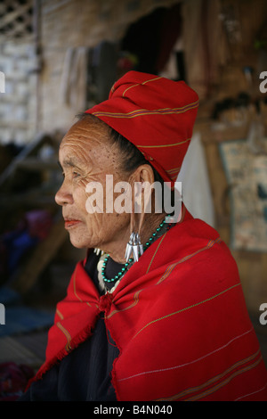 Profile portrait of an older Longneck woman in colorful dress Approximately 300 Burmese refugees in Thailand are - Stock Photo