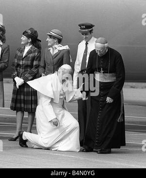 Pope John Paul II at Cardiff airport on his visit to Wales kneels down to kiss the ground - Stock Photo