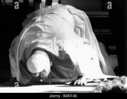 Pope John Paul II visits Britain May 1982 The first Pope to visit Britain kneels down to kiss the ground at Gatwick - Stock Photo