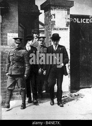 World War One Two conscientious objectors escorted from police station in handcuffs Alfred Cracknell Evan Watkins - Stock Photo