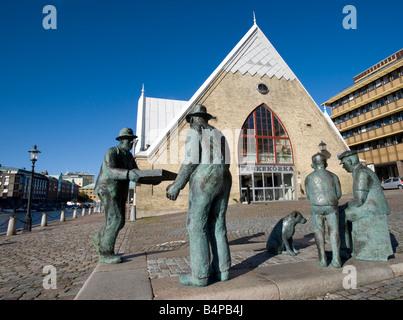 Bronze sculpture of fishmarket workers outside Feskekorka fishmarket building in central Gothenburg Sweden 2008 - Stock Photo