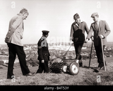 Crime Murder Keith Lyon May 1967 Police using a magnetic metal detector so see if it unearths any evidence Keith - Stock Photo