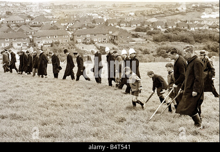 Crime Murder Keith Lyon May 1967 Police and members of the public search the south Downs Keith Lyon s body was found - Stock Photo