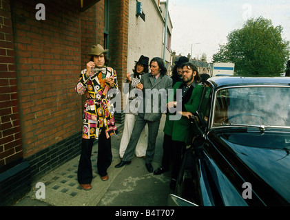 the-kinks-british-pop-group-with-singer-ray-davies-wearing-a-psychadelic-b4t707.jpg