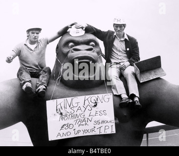 The two building workers staging their sit down demonstration on the shoulders of King Kong this after noon 14th - Stock Photo