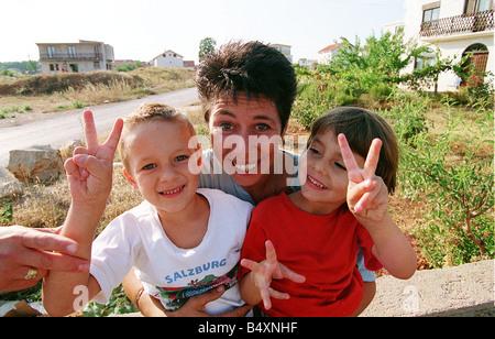 Aid worker, Sally Becker in Bosnia with children 1993 during war in Yugoslavia Mirrorpix - Stock Photo