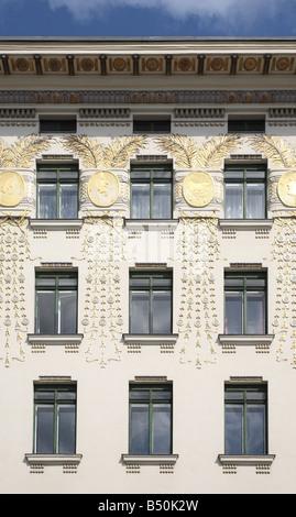 Wien, Linke Wienzeile Nr. 38, Wohnhaus von Otto Wagner 1898-1899, Goldene Medaillons von Koloman Moser - Stock Photo
