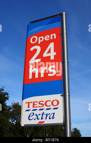 A 24 hour Tesco Extra store in a U.K. city. - Stock Photo