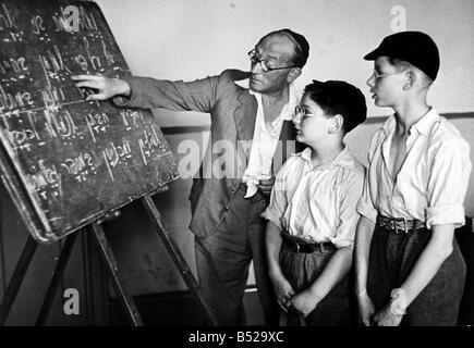 Religion Jew August 1948 In accordance with Jewish religious practice these two pupils at Whitechapel s Talmud Toreh - Stock Photo