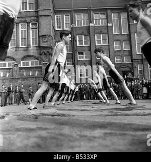 William Blake Secondary School, Battersea. Gymnastics. March 1952 C1257-002 - Stock Photo