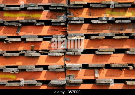 Gestapelte Holzpaletten im Hamburger Hafen Deutschland Stacked wooden pallets in the Port of Hamburg Germany - Stock Photo