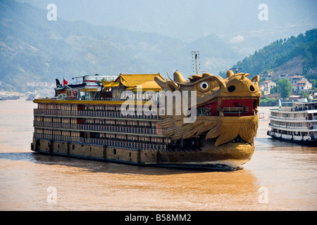 Dragon Cruises ship near Sandouping in the Xiling Gorge Three Gorges area of the Yangzi River China JMH3450 - Stock Photo