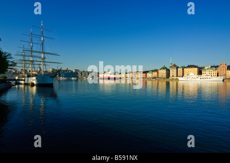 Schooner af Chapman now a youth hostel Stockholm Sweden with view to Sodermalm and Stadsholmen - Stock Photo
