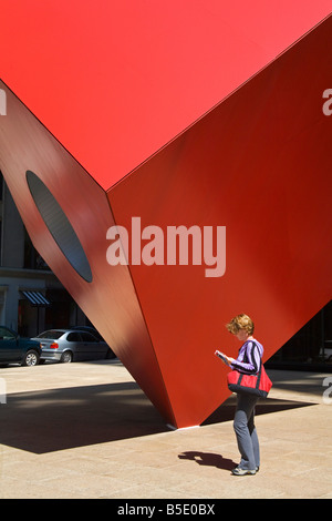 Red Sculpture by Ivan Chermayeff at Helmsley Plaza (Nine West 57th Street), Lower Manhattan, New York City, New - Stock Photo