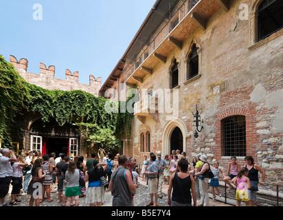Romeo and Juliet Balcony. Tourists below the balcony in the Casa di Giulietta (Juliet's House), Via Cappello, Verona, - Stock Photo