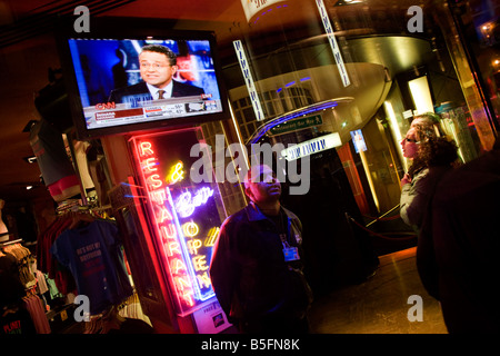 Live TV broadcasts from the US shows overnight results of the 2008 presidential elections that Barack Obama eventually - Stock Photo
