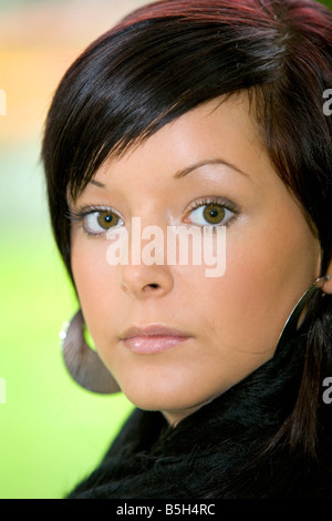 Junge dunkelhaarige Frau im Herbst, Portrait, brunette woman in autumn - Stock Photo