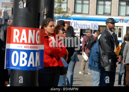Hundreds of supporters rally in Harlem in support of Democratic candidate Barack Obama - Stock Photo