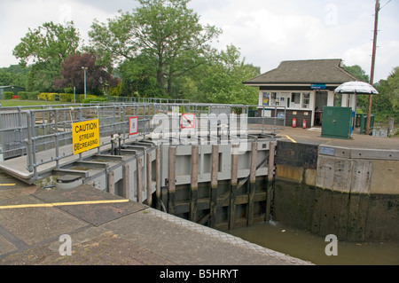 closed Lock Gates and Lock Keepers Hut Molesey Lock River Thames Surrey lockgates - Stock Photo