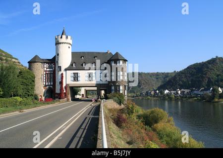 Durch den Bau der Bundesstrasse 416 wurde das Wasserschloss von der Leyen zweigeteilt, Kobern-Gondorf, Mosel, Rheinland - Stock Photo