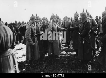 1 W46 F1917 5 E Wilhelm II Decorating soldiers 1917 Wilhelm II German Kaiser King of Prussia 1859 1941 In World - Stock Photo