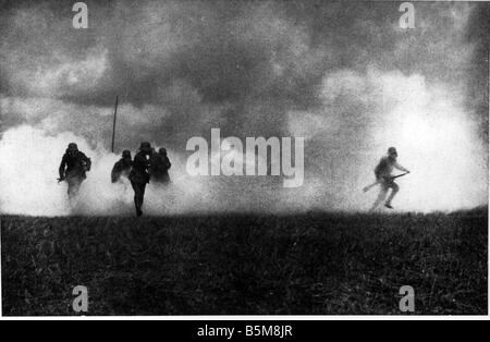 2 G55 G1 1915 Gas attack on Eastern Front WWI 1915 History World War I Gas war German soldiers after an enemy gas - Stock Photo
