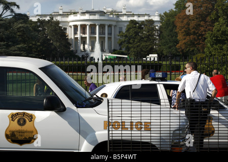 Police man in front of the South Portico of the White House, Washington D.C., USA - Stock Photo