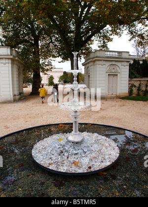 Jardins de Cristal Parc de Bagatelle Paris, Fontaine du Maharadjah by Saint-Louis. - Stock Photo