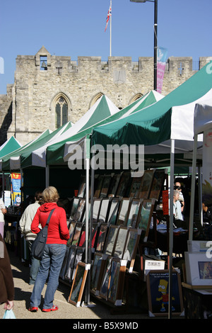 City of Southampton, England. The open air market at Southampton's High Street with the Bargate in the background. - Stock Photo