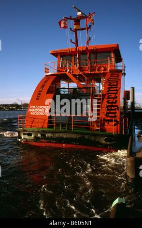 Nov 23, 2008 - HVV ferry leaving Sandtorhöft ferry pier for Landungsbrücken in the German port of Hamburg. - Stock Photo