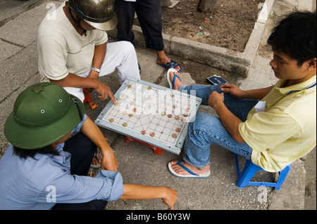 Men playing Vietnamese Chess - Co' tu'o'ng in the streets of Ho Chi Minh City, Vietnam - Stock Photo