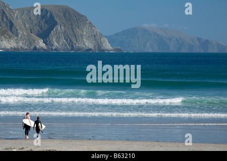 Surfers on Tramore Beach, Keel, Achill Island, County Mayo, Ireland. - Stock Photo
