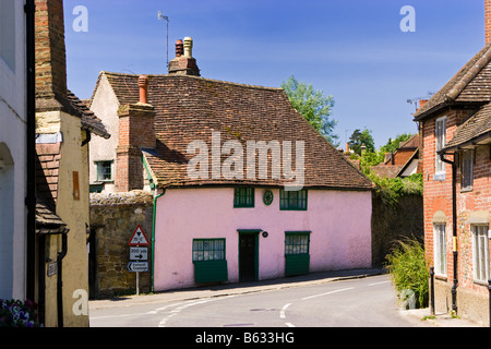 Traditional small medieval pink house in the old village of Shere, Surrey, England, UK - Stock Photo